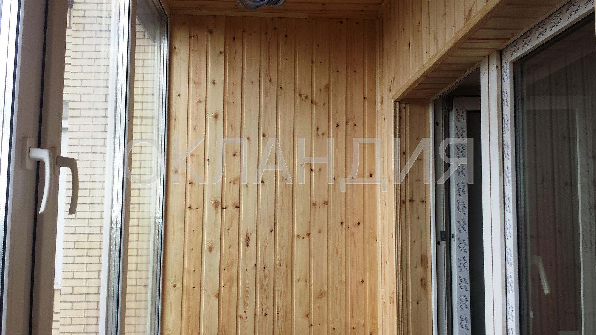 Обшивка балкона деревянной вагонкой.