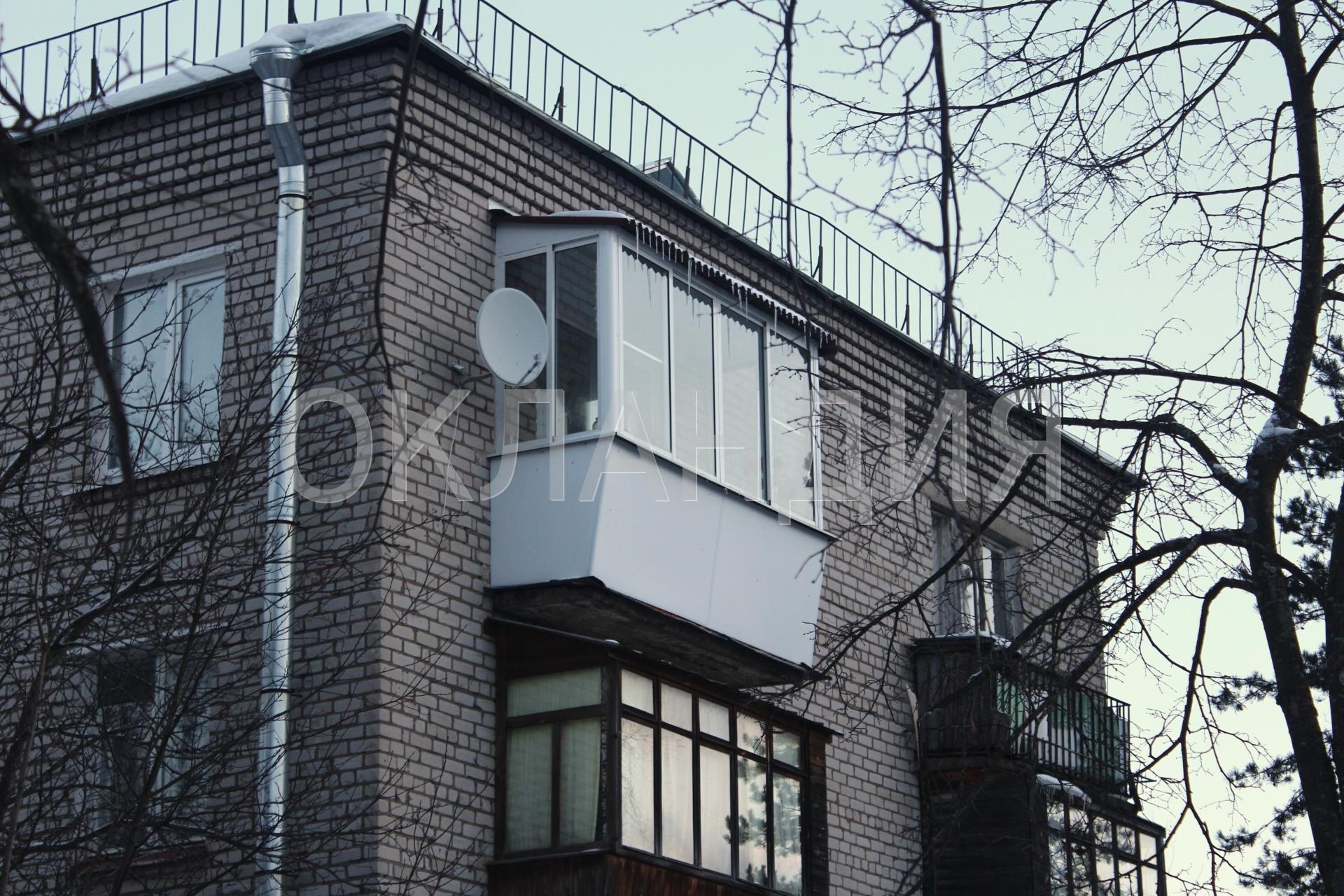 Монтаж крыши над балконом в кирпичной пятиэтажке.
